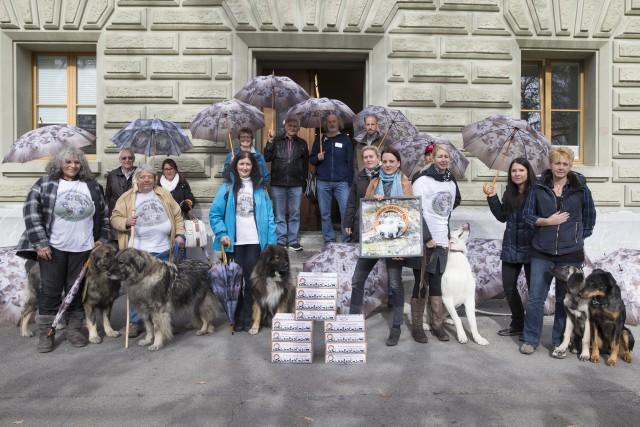 Initianten posieren vor der Bundeskanzlei bei der Einreichung der Petition Alpschafe fuer mehr Schutz fuer Alpschafe und Wolf, am Dienstag, 3. November 2015 in Bern. (PHOTOPRESS/Peter Klaunzer)
